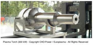 La torche à plasma est un brûleur qui génère un flux thermique, sans flammes, sous forme d'un plasma (fluide composé de molécules gazeuses, d'ions et d'électrons). Cette technologie, développée dans l'aérospatiale, permet de produire des températures proches de celles du soleil et de porter la matière en fusion. Elle est présentée aujourd'hui comme une alternative à l'incinération des déchets qui nécessitent d'utiliser du gaz ou du charbon