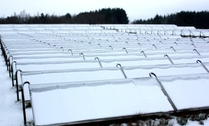 Les panneaux de la centrale de chauffage solaire de Braedstrup sous la neige