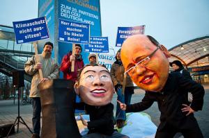 Deux ministres représentant Philippe Rösler (à droite) et Peter Altmaier (à gauche). Le ministre libéral s'oppose depuis le début à une transition énergétique qui sacrifierait aux performances économiques de l'Allemagne