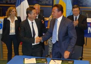 Eic Scotto et Arnold Schwarzenegger -  La signature de cet accord s'inscrit dans le cadre de l'ouverture de la cérémonie de la Convention des maires et de la semaine européenne de l'énergie durable.