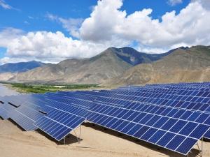 La ferme solaire de GCL-Poly, d'une capacité cumulée de 20 MW au cours de construction au Tibet. (Crédit : GCL-Poly)