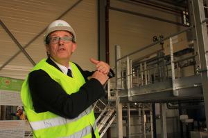 Patrick Laugier, directeur commercial de Cofely dans la sous-station sur le site de Mars à Haguenau. (Crédit : Emilie Jéhanno)