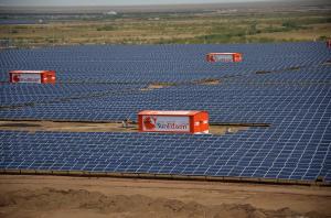 Le parc solaire de 600 MW de Chankara dans le Gujarat. (Crédit : American Center Mumbai, Flickr)