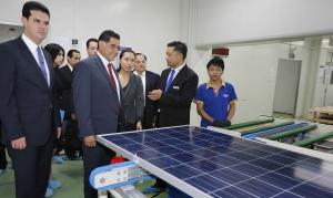 La visite de Jorgue Herrera dans l'usine chinoise de Risen. (Crédit : Gobernador Jorgue Herrera Caldera)