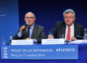 Michel Sapin, ministre des Finances et des Comptes publics, et Christian Eckert, secrétaire d'Etat chargé du Budget, présentent le projet de loi de finances pour 2015, le 1er octobre à Bercy. (Crédit : Ministère de l'Economie et des Finances)