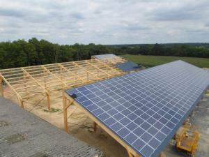 La toiture solaire en cours d'installation d'un des projets proposés au crowdfunding : l'entreprise d'éco-construction Abaux dans la Vienne. (Crédit : Sergies)