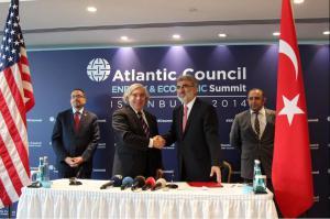 Ernest Moniz, sécrétaire à l'énergie américain et Taner Yildiz, ministre de l'Energie turc, le 20 novembre à Istanbul. (Crédit : Twitter/US EmbassyTurkey)