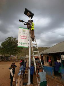 Installation de lampadaire Sunna Design au Nigéria. (Crédit : Sunna Design)