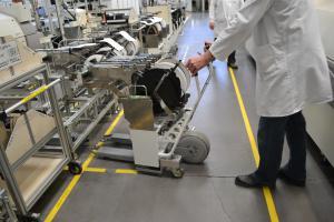 La roue d'ez-Wheel facilite le transport de charge en milieu industriel. (Crédit : ez-Wheel)