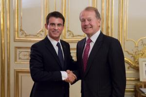 Manuel Valls et John Chambers, le 16 février. (Crédit : DR)