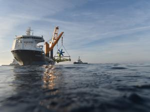 Immersion de l'hydrolienne D10 de Sabella, d'une puissance maximale d''1 MW, au large de Ouessant le 25 juin. (Crédit : Sabella)