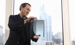 Un vitrage Crosslux tenu par Marc Ricci, président et cofondateur. (Crédit : Crosslux)