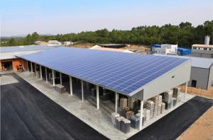 Centrale Photovoltaïque réalisée pour la société Concept Emballage à Brignoles dans le Var (83), concepteur de packaging pour l'industrie du vin (Crédit : Sénergies)