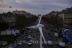 L'éolienne de proximité d'Eolys exposé sur les Champs Elysées, à Paris. (Crédit : Eolys)