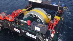 L'hydrolienne en train d'être immergée. (c) EDF.