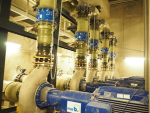 En sous-sol, six pompes envoit l'eau de mer à l'étage supérieur. Au maximum, le débit traité est de 3600 m3/heure