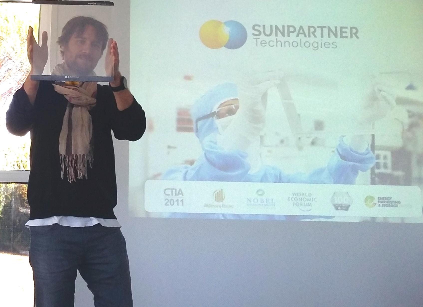 Ludovic Deblois montre un module transparent Wysips (Crédit : Anne-Claire Poirier)