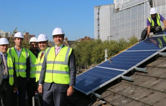 Le Royaume-Uni distribue des panneaux solaires à des foyers précaires